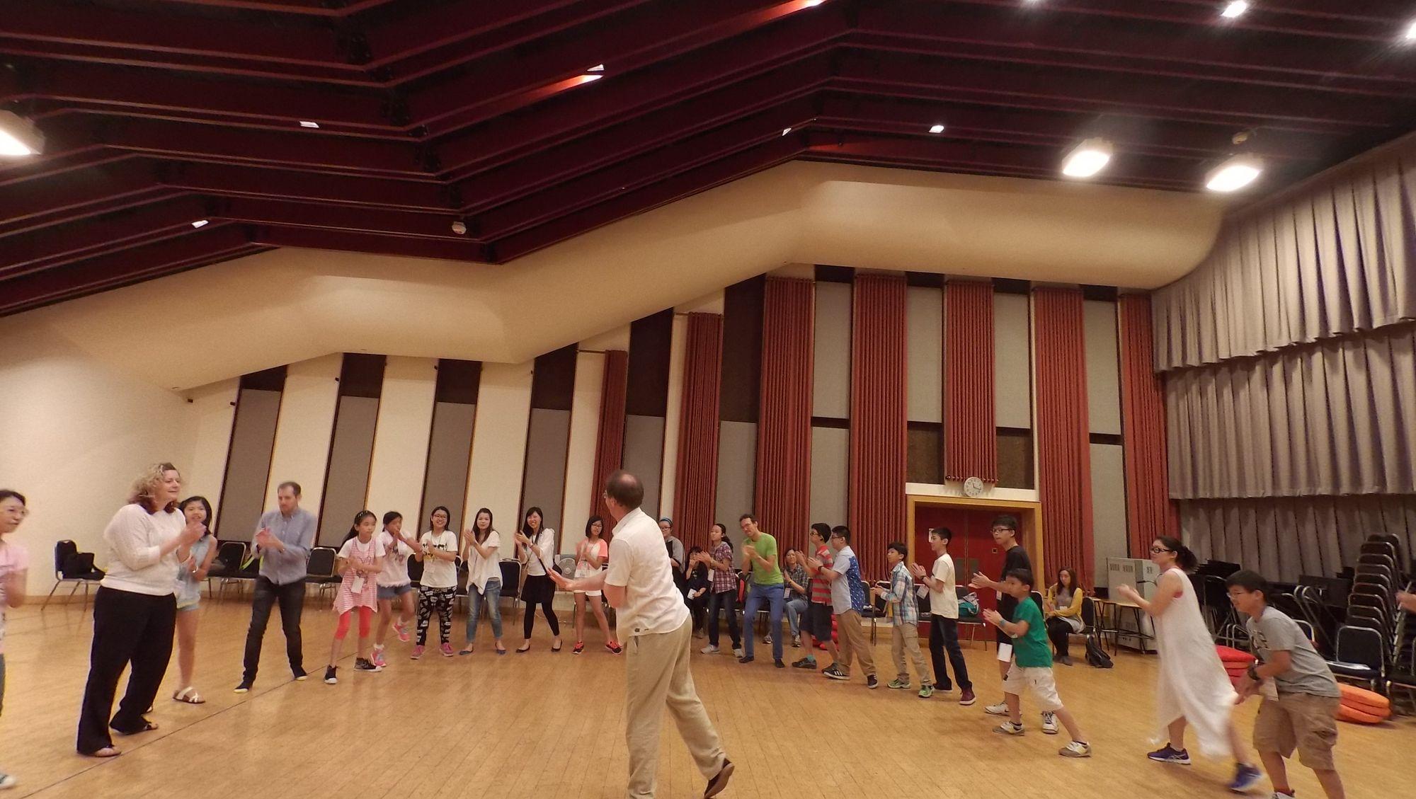 聽障音樂家惠特格 (Paul Whittaker) 以節奏遊戲熱身,同學手舞足蹈表現他們的音樂感。
