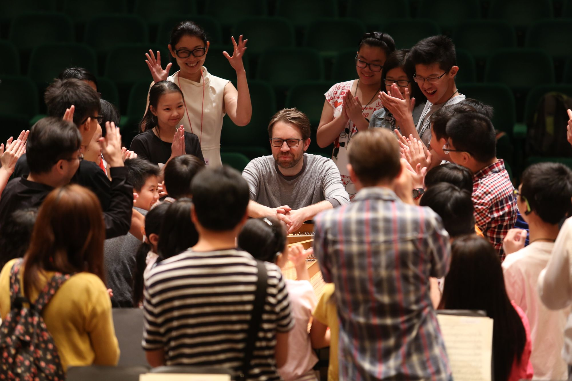 鋼琴家安斯涅斯讓所有人圍在他身邊,近距離接觸鋼琴的優美。
