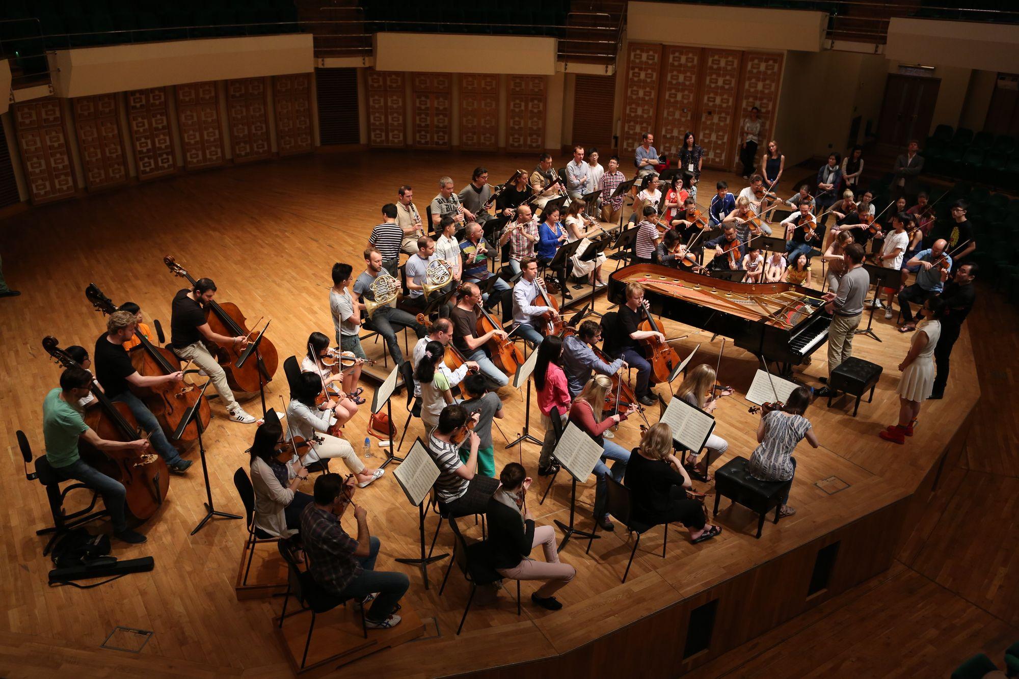 整個馬勒室樂團為同學演奏貝多芬,他們與樂手一同分享舞台。