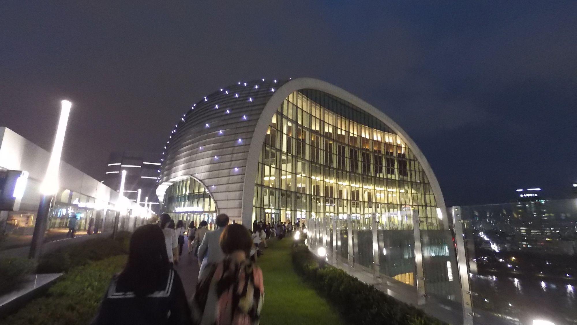 推開商場的門,經過夜空下的走廊,抵達這新穎的音樂廳。如何坐落在商場之上而不染俗氣,這是上佳示範。