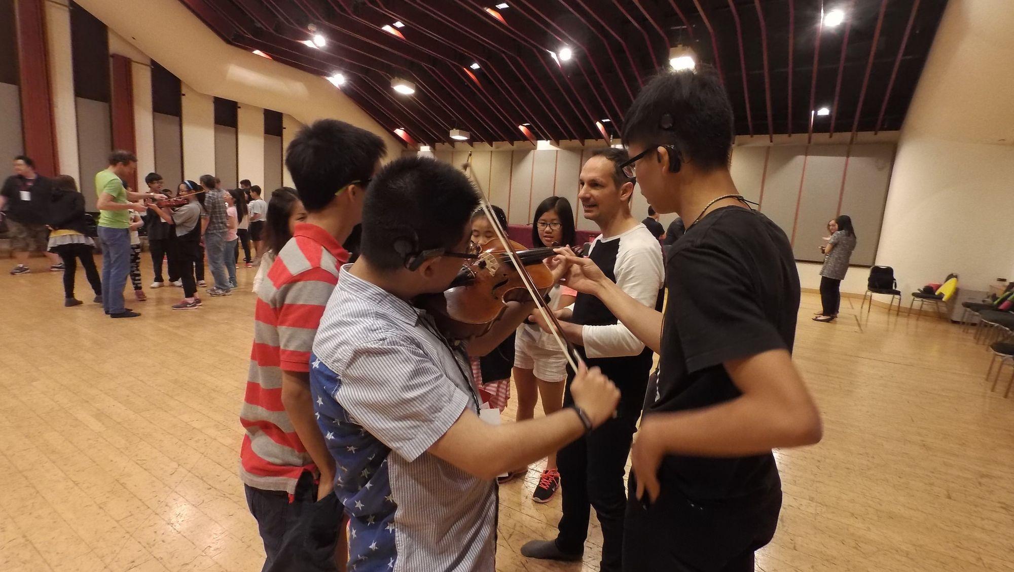 馬勒室樂團的成員讓同學逐一試玩樂器,親身感受聲音在樂器的振動。