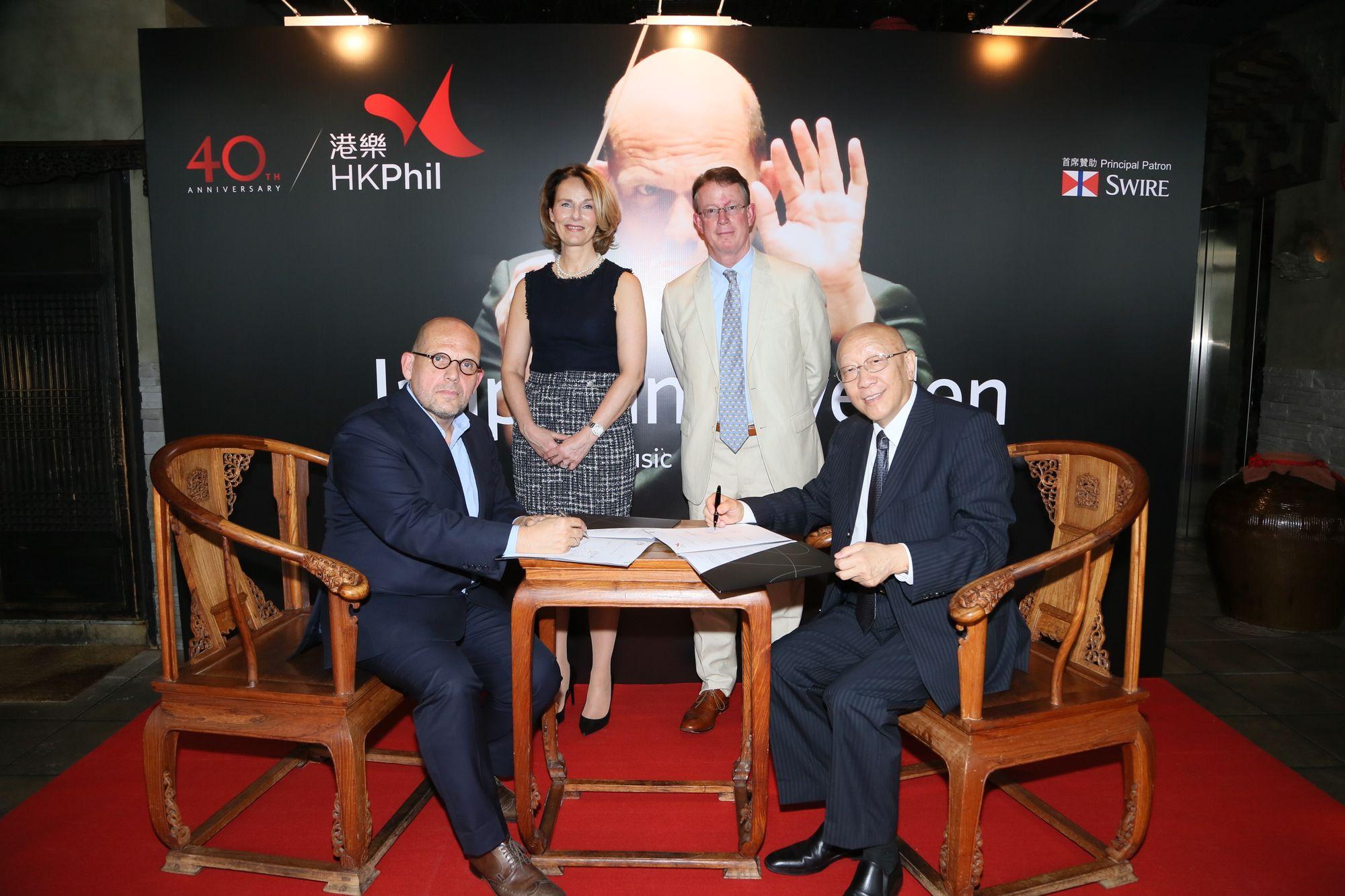 港樂音樂總監梵志登大師和港樂董事局主席劉元生先生簽署合約。
