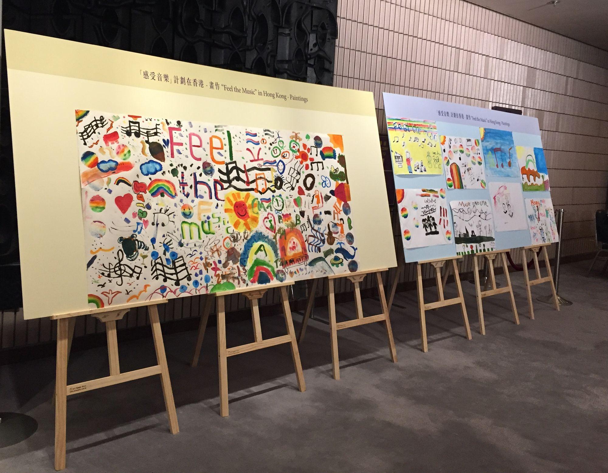 同學剛畫好的作品,在馬勒室樂團演出當晚在香港文化中心音樂廳的大堂展出,讓聽眾一睹計劃的成果。