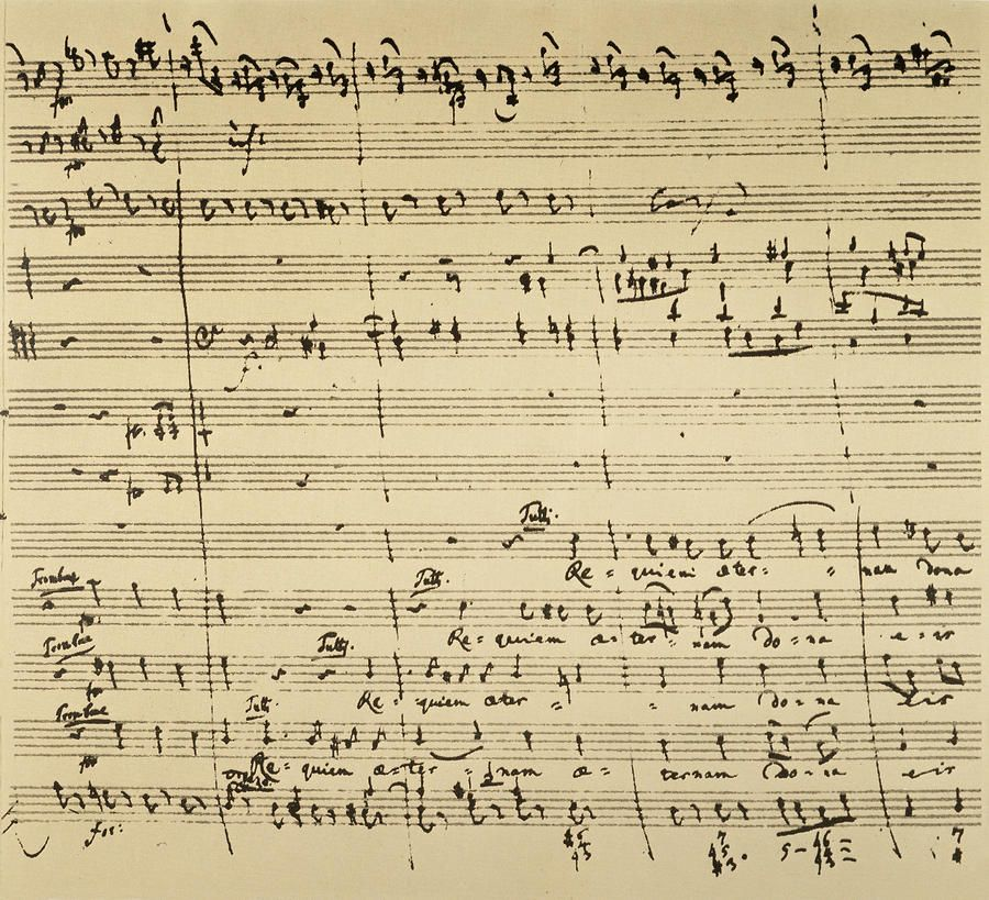 莫扎特離世前只完成了《安魂曲》的開首部份。他特別用到巴塞管與長號,放棄長笛和雙簧管,在古典曲目中甚為少見。