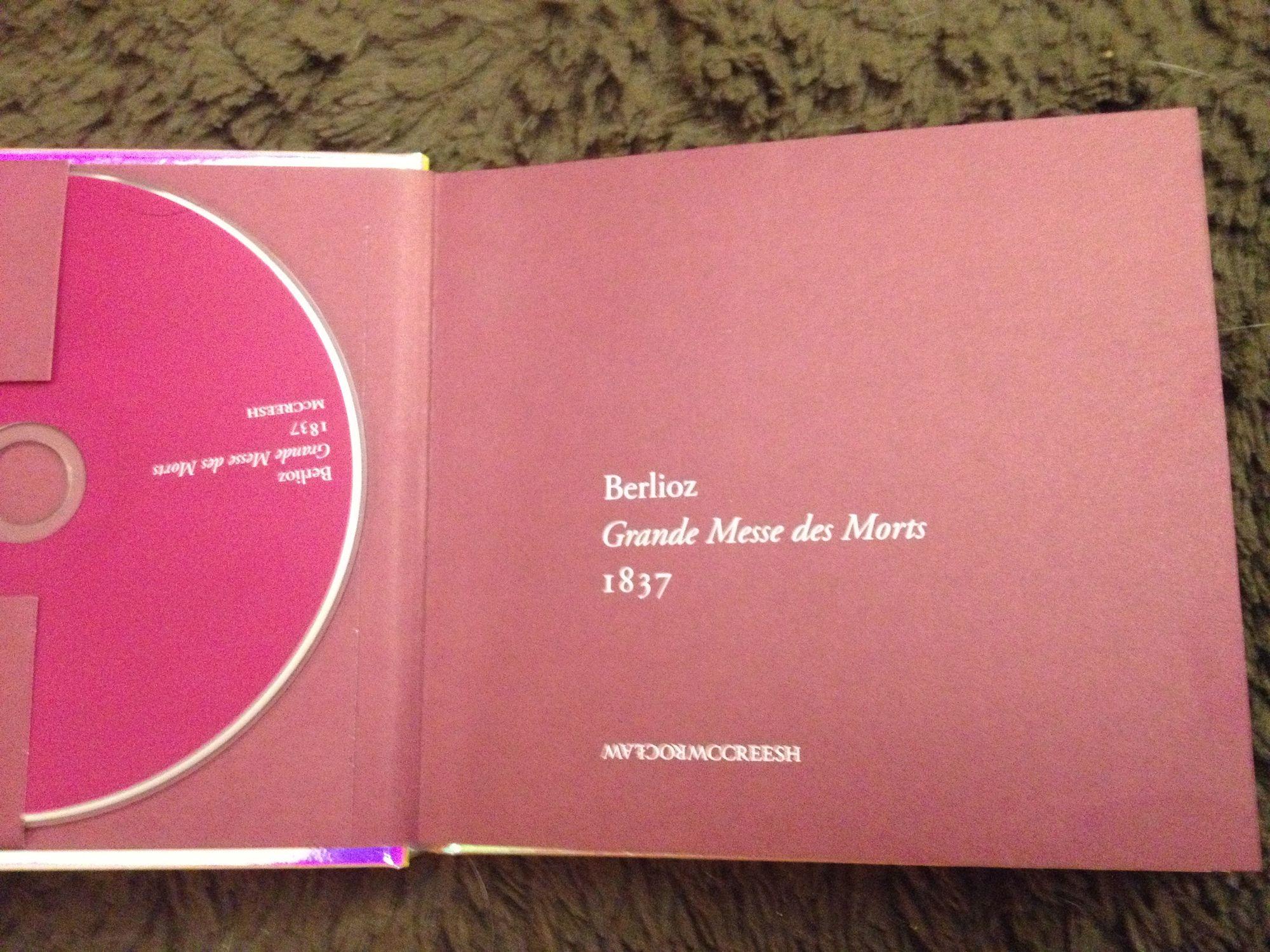 不論是打開封底還是封面,第一頁都是一樣的設計,內文一半是英文,一半是波蘭文。雙封面玩得如此,實在驚喜。